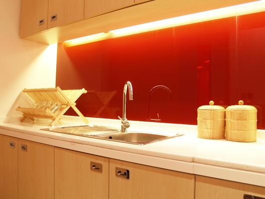 Une cr dence en verre laqu e quel le couleur choisir for Credence cuisine coloree